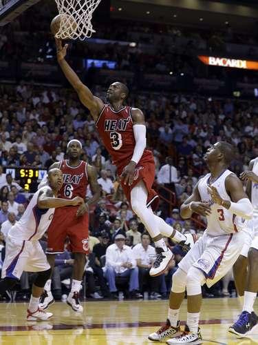 El jugador de Miami Heat, Dwyane Wade (3) lanza el balón al arco sin la oposición de los defensores de los Clippers de Los Ángeles