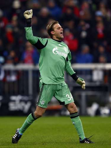 Schalke 04's goalkeeper Timo Hildebrand reacts.