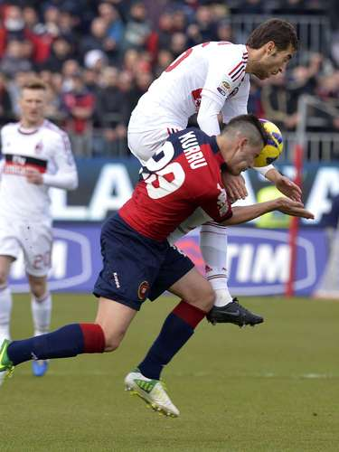 Un gol de penalti de Mario Balotelli en el minuto 82 permitió al Milan empatar contra el Cagliari (1-1) en un encuentro que empezó perdiendo y sumar un resultado que le permite mantenerse vivo en la lucha abierta por situarse en la zona de Liga de Campeones.