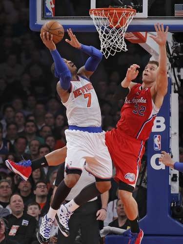 New York Knicks forward Carmelo Anthony (7) drives to the basket against Los Angeles Clippers forward Blake Griffin (32) in the first quarter of their NBA basketball game at Madison Square Garden in New York, February 10, 2013. REUTERS/Ray Stubblebine  (UNITED STATES - Tags: SPORT BASKETBALL)