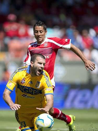 Al 50', Villa provocó un penal de Carlos Esquivel.