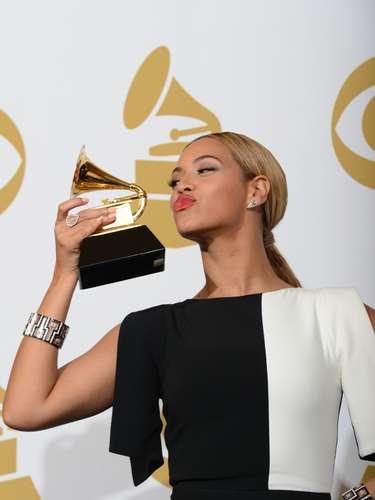 La hermosa cantante Beyoncé manda besos a su trofeo por la Mejor Actuación de R&B.