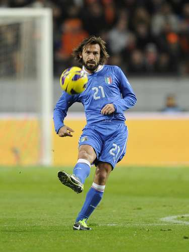 Andrea Pirlo: renacecomojugadormarchándose de Milán y fichando por la Juveen 2011 y sigue siendo el jugador más talentoso en Italia.Es el maestro del centro del campo y una referencia en lasjugadas a balón parado.