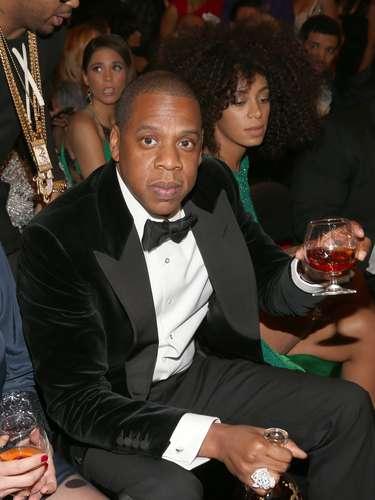 El rapero Jay-Z se tomó varios tragos durante el transcurso de la máxima fiesta de la música en Estados Unidos.