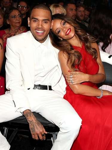 ¡Que viva el amor! Rihanna aprovechó para mostrar al mundo entero, a pesar de las críticas, lo enamorada que está de su novio Chris Brown durante la gala del Grammy. Los tórtolos estuvieron junticos durante toda la noche y ella tiernamente se apoyó en su hombro.