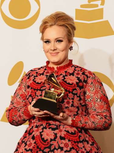 Adele orgullosa con su grámofono. La artista ganó en la categoria 'Best Pop Solo Performance' por 'Set Fire To The Rain [Live]'.