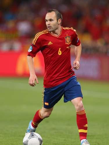 Andrés Iniesta: autor del gol más importante de la historia de España, que dio la victoria por 1-0 contra Holanda en la final de la Copa Mundial de 2010, el mediocampista estará seguroen la Copa Confederaciones. Su estilo de juegoes una referencia en el centro del campo español.