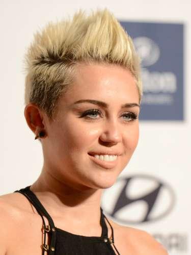 Miley se dejaba fotografiar sin notar que su vestido estaba mostrando de más
