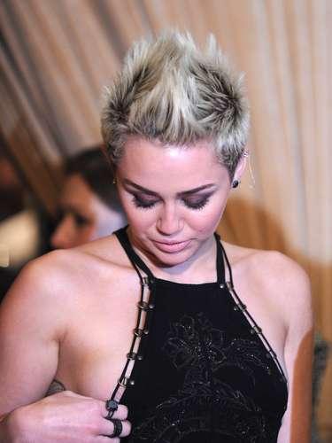 ¡Ups! Miley se dio cuenta de que uno de sus senos se empezaba a destacar de su vestido