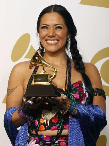 Lila Downs saca su mejor sonrisa para celebrar el galardón'Best Regional Mexican Music Album', que obtuvo con su disco\