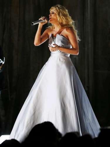 El vestido de Carrie Underwood proyectaba imágenes y colores mientras ella cantaba