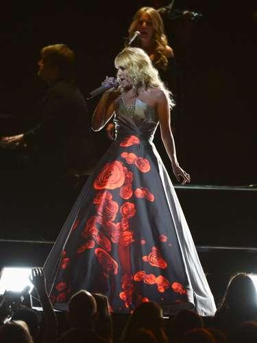 Unas hermosas rojas se veían en el vestido de Underwood