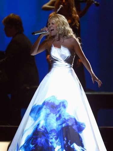 Muchos colores e imágenes se reflejaban en el vestido de Carrie Underwood