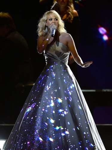 Unas lindas estrellas parecían estar en el cielo que se reflejaba en el vestido de la cantante