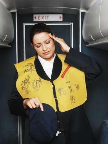 Es muy fácil criticar el servicio que entregan las líneas aéreas y en especial el personal de servicio, pero ¿qué piensan las azafatas de los pasajeros?Gema Ligero, ex azafata, creó un ranking con las cosas que ellas odian de los pasajeros. ¿Quieres conocerlas?