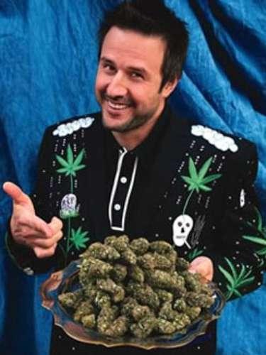 David Arquett, actor, director, guinista, y -a veces- luchador, luce en esta fotografía una chamarra con motivo 'marihuanero'. Sobra dar detalles de la inclinación del ex marido de Courtney Cox por este tipo de sustancias.
