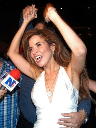 La estrella del pop mexicana Gloria Trevi celebró frentea la prisión de El Cereso, el21 de septiembre de 2004, en la ciudad de Chihuahua, México, haber sidoabsueltade los cargos deviolación, secuestro y la corrupción amenores de edad.