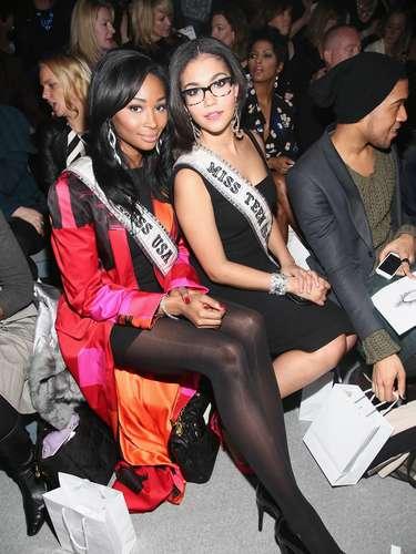 Las jóvenes soberanas a las coronas de Miss EE.UU 2012 -Nana Meriwether - y de Miss Teen USA 2012 - Logan West - hicieron presencia en el Mercedes-Benz Fashion Week, otoño 2013.
