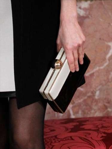 Al mismo estilo 'black and white' es su bolso estilo clutch, un sofisticado accesorio que combina muy bien con su look.