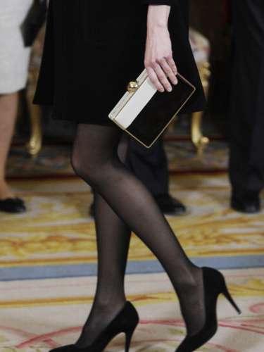 Doña Letizia ha combinado su mini vestido con medias claras y zapatos en el mismo color.