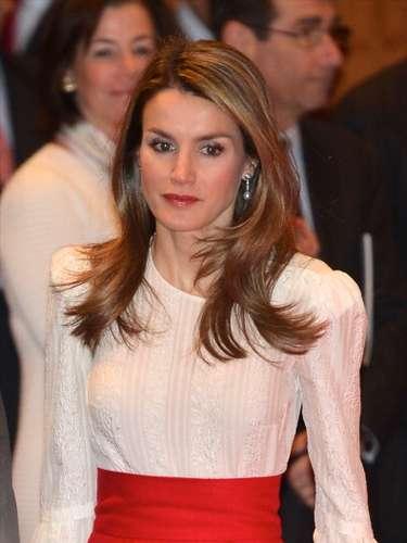 Con una blusa blanca de cuello redondoy mangasestilo campana, la princesa lució a la moda y elegante.