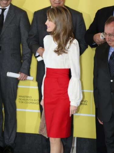 Con este look la princesa deslumbró entre todos los asistentes por su acertado atuendo. Una falda de corte lápiz en rojo pasión que combinó con una blusa blanca de manga larga.