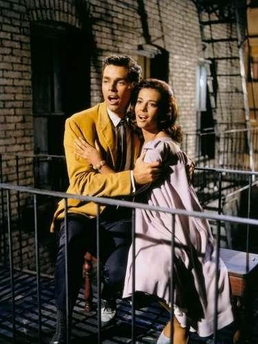 'West Side Story'es un musical que está basado en la historia de Romeo y Julieta, de W. Shakespeare, pero adaptada a la ciudad moderna de Nueva York. Ganó 10 Oscar en 1962.