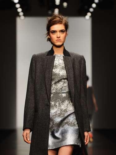 Después de un breve retraso, los modelos comenzaron a mostrar lo que Zoe, diseñador que viste a celebridades y cantantes como Lady Gaga y Nicole Scherzinger, mostró su colección otoño-invierno 2013