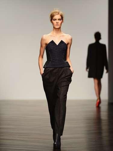 El diseñador Zoë Jordan confeccionó prendas bien ajustadas al cuerpo