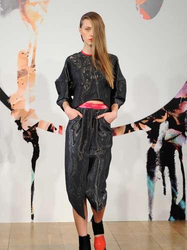 La colección tiene cortes e inspiraciones urbanas, que han sido bien reflejadas en las siluetas y anchos de los vestidos, pantalones y chaquetas que se presentan.