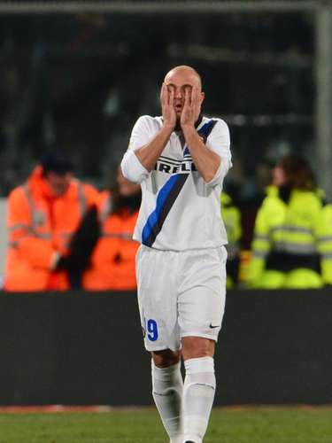 Cambiasso se lamenta tras la goleada recibida a manos de la Fiorentina.