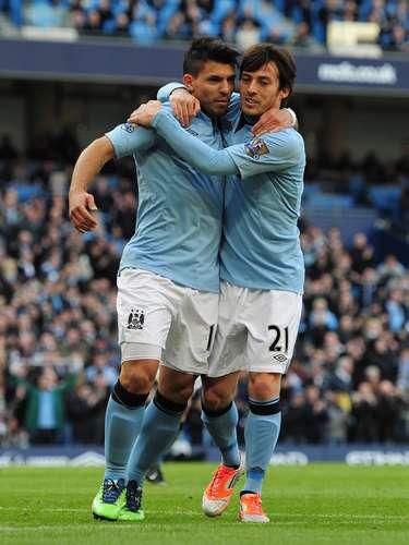 Silva se abraza con el argentino tras el gol de penal.