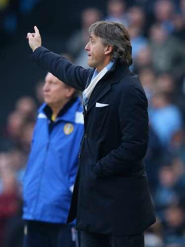 Mancini dirige a los suyos durante el partido.