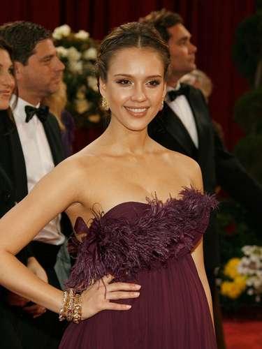Aunque no estaba nominada, Jess presentó un premio en la ceremonio luciendo radiante y hermosa