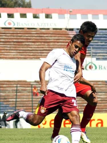 Luis Sánchez trata de mandar un centro.