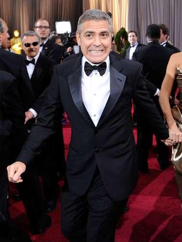 George Clooney siempre precisa de la atención de los fotógrafos que, en este caso, en 2012, lo capataron a su paso por la alfombra roja de la ceremonia un poco más relajado y hasta 'travieso'.