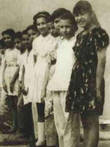 El presidente de Venezuela, Hugo Chávez (segundo hacia la izquierda) aparece junto a sus compañeros de la escuela Julián Pino, primaria de su ciudad natal, Sabaneta.