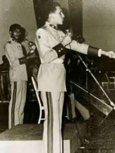 El presidente de Venezuela, Hugo Chávez en una fiesta durante su estancia en la Academia Militar.