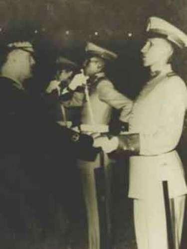 El presidente de Venezuela, Hugo Chávez (D) aparece formado con posición erguida en la Academia Militar de Caracas.