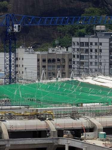 18 de febrero de 2013: después de esa fase, será erguida simultaneamente por 120 gatos hidráulicos. La lona será colocada sobre esa estructura.