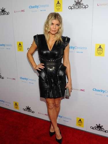 2012. Un little black dress que sólo Fergie podía llevar: en cuero y recamado de picos y tachas. Una melena mucho más natural recogida en un chongo no muy estructurado.