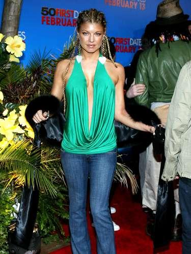 2004. Cabello trenzado, blusa verde esmeralda con escote profundo, jeans y zapatillas puntiagudas, han sido uno de las peores imágenes que tenemos de ella en una alfombra roja.