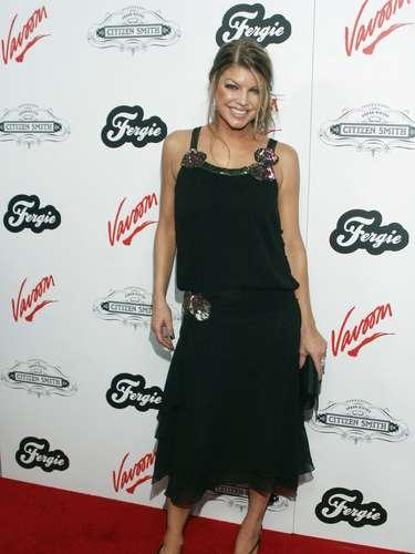 2006. El black dress fue una de las apuestas de Fergie en este añopues empezaba a comprender el poder de esta prenda. Buen intento en la ropa pero en el maquillaje hubo demasiado rubor.