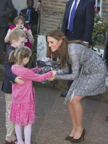Los niños se acercan a darle regalos a la Duquesa