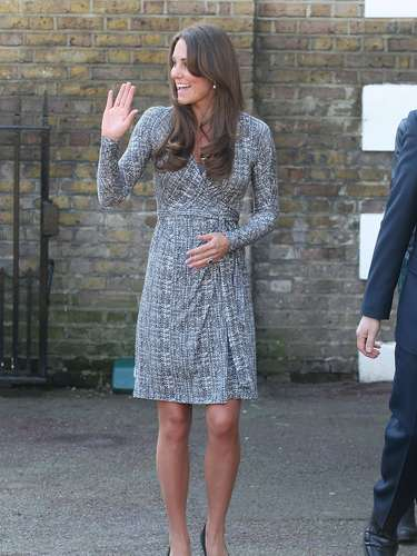 La Duquesa se dio el tiempo de saludar a la gente que la vitoreaba desde lejos
