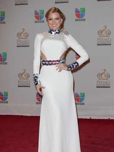 Marjorie de Sousa 2012 con un vestido galáctico, mucho espejo y con recortes a la altura de la cintura.