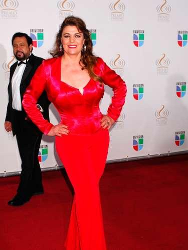 Gloria Rosa se dejó llevar por una extravagante explosión en rojo.
