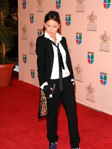 Belinda siempre luce una mezcla de chica dulce-sexy, pero en el 2008, la cantante buscó un look andrógino que no le favoreció.