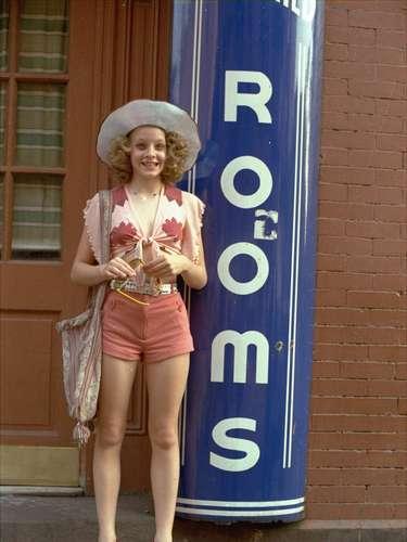 Hinckley estaba obsesionado con la película 'Taxi Driver', de Martin Scorsese. El film narra la historia de Travis Bickle, un taxista solitario que quiere asesinar al presidente de Estados Unidos. Hinckley miró la película 15 veces seguidas y se obsesionó con la actriz Jodie Foster por su papel en la película como la precoz prostituta. Hinckley quiso llamar la atención de Foster enviándole rosas, poemas y cartas pero la actriz no le respondió. Fue allí donde decidió tramar el asesinato de Reagan, donde seguramente atraería la atención de Foster.