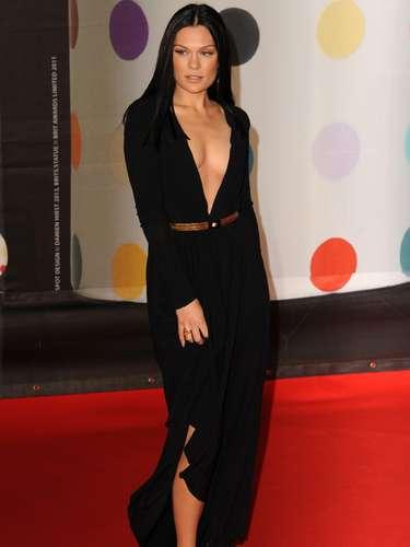 Jessie J cautivó con las sensuales miaradas durante su paso por la alfombra roja. Además de ser una cantante exitosa, serbellaes otra de sus cualidades.